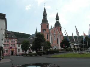 Prümr Basilika, Abteigebäude und Vorplatz